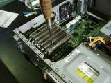 AXP-100のヒートシンク本体をネジ止めする